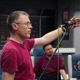 Po kamerách se ujme práce zvukař Zbyněk a v kooperaci s kameramany rozmístí mikrofony, aby nezasahovaly do záběru.