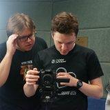 Režisér kontroluje záběr.